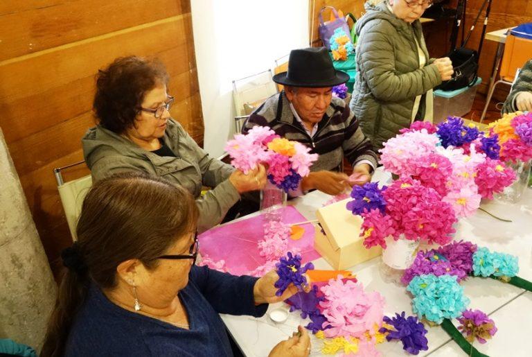 En Tarapacá rescatan tradición fúnebre pampina a través de taller de flores de papel