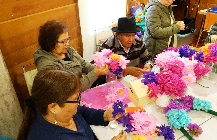 (Español) En Tarapacá rescatan tradición fúnebre pampina a través de taller de flores de papel
