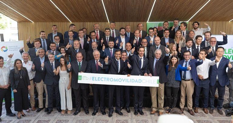 SQM firma compromiso público-privado para impulsar desarrollo de la electromovilidad