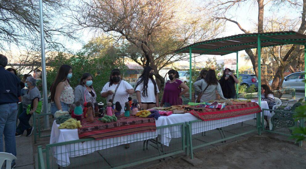 Mujeres de Quillagua celebran término de taller de telares con una exhibición de sus obras